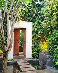Attractive Wood Garden Gate Design for Summer Ideas Village House Design, Bungalow House Design, Entrance Gates, House Entrance, Home Design, Modern House Design, Vertikal Garden, Bali Style Home, Bali Garden