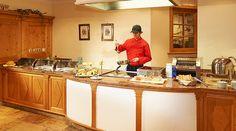 Showküche die keine Wünsche offen lässt im Hotel #Wagrainerhof Restaurant, Kitchen Island, Table, Furniture, Home Decor, Diner Menu, Culinary Arts, Home Made, Island Kitchen