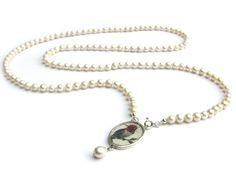 Freshwater pearl necklace with a handpainted Anna-hummingbird miniature in a silver plated pendant • Verzilverde hanger met miniatuur schilderij van een Anna kolibrie aan een geknoopt collier van zoetwater parels • © Jeanne Melchels • http://www.etsy.com/shop/JeanneMelchels