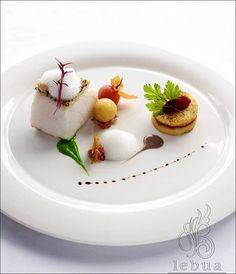 Vendredi ? Donc ni plumes, ni poils… Mais quelques écailles ! ;) (Chile nean sea bass par Lebua Hotels and Resorts)  Photo à partager sans modération ! ;) . L'art de dresser et présenter une assiette comme un chef... http://www.facebook.com/VisionsGourmandes . #gastronomie #gastronomy #chef #recette #cuisine #food #visionsgourmandes #dressage #assiette #art #photo #design #foodstyle #foodart #recipes #designculinaire #culinaire #artculinaire #culinaryart #foodstylism #foodstyling)