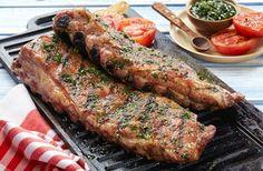 """El chimichurri es un """"adobo"""" Argentino que tiene un origen muy curioso. A mediados del siglo XIX llegó al país un comercianteinglés, llamado Jimmy Curry interesado en importar carne al Reino Unido, para ello llegó a Argentina a ver las ganaderías. Te puede interesar:Prepara un exquisito…"""