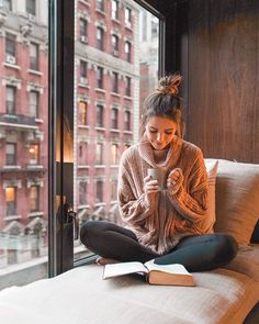 reading and drinking tea with the coolest view 😌 soooo cozy. i love NYC! Portrait Photography Poses, Photography Poses Women, Book Photography, Jess Conte, Girl Photo Poses, Girl Photos, Jess And Gabe, Foto Casual, I Love Nyc