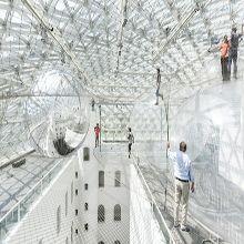 Tomás Saraceno fez uma gigantesca instalação inteira feita de rede com mais de 20 metros de altura em museu na Alemanha chamada In Orbit.