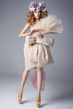ビッグリボンが個性的なヴィヴィアン・ウエストウッドらしい一着♪ ハイブランドのカラードレス・花嫁衣装まとめ。