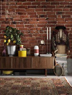 STOCKHOLM TV-bänk i valnötsfanér och ben av massiv ask, STOCKHOLM ljusstakar i rostfritt stål, OCKSÅ vas, VÄLKÄND skål och fat, VÄLKÄND ljusstake, KNAPRIG vas, AKTAD uppläggningsfat med lock, PALLRA låda med lock, CITRUS krukväxt, HASSELNÖT kruka, VALLBY RUTA matta.