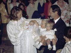21 juli 1974 - De Koninklijke familie is bijeen in het Franse Lignieres, waar prinses Maria Carolina, dochter van prinses Irene en prins Carlos Hugo, wordt gedoopt.