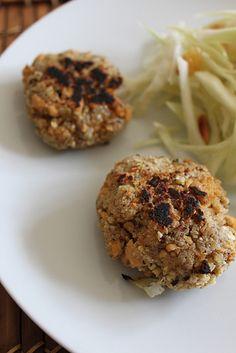 Galettes de tofu aux noisettes accompagnées d'une salade de chou blanc aux raisins et pignons