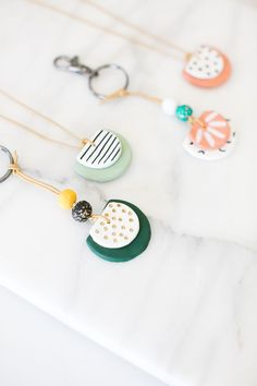 DIY Essential Oil Diffuser Necklace and Key Chain DIY etherische olie diffuser ketting en sleutelhanger Diy Clay Earrings, Polymer Clay Necklace, Diy Necklace, Necklace Ideas, Polymer Clay Beads, Pendant Necklace, Diy Essential Oil Diffuser, Diffuser Diy, Essential Oils