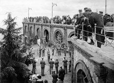 Multitud de gent veient tocar a una orquestra al mirador del Tibidabo. Barcelona, anys '10 '20 '30. Col·lecció Roisin / IEFC