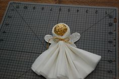 Homemade Ferrero Rocher Napkin Angel by my_amii Christmas Candy Crafts, Christmas Favors, Christmas Napkins, Xmas Crafts, Christmas Angels, Crafts To Make, Christmas Diy, Ferrero Rocher, First Communion Favors