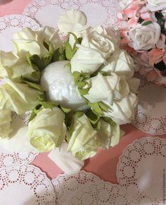 Будем делать розы из фоамирана. Роза отличается миллионом разнообразных видов, в этот раз сделаем закрытые полубокаловидные розочки, а в дальнейшем буду показывать и другике техники сборки роз :) Для букета я использовала фоамиран иранского производства, цвета 002 (айвори) и 003 (крем) из нашей палитры, ничего не тонировала, так как букет поедет в достаточно влажный город к своей хозяйке, и мы…