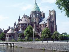 De Kathedrale Basiliek Sint Bavo is een rooms-katholieke kerk in Haarlem die fungeert als kathedraal van het bisdom Haarlem-Amsterdam. Het gebouw is ontworpen door Jos Cuypers. De bouw werd aangevangen in 1895. De kerk kwam gereed in 1930. http://nl.wikipedia.org/wiki/Kathedrale_Basiliek_Sint_Bavo