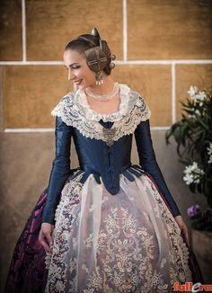 Una seda con 120 años de historia Antique Clothing, Historical Clothing, Traditional Fashion, Traditional Dresses, 1700s Dresses, Regency Gown, Corset, Spanish Fashion, Medieval Fashion