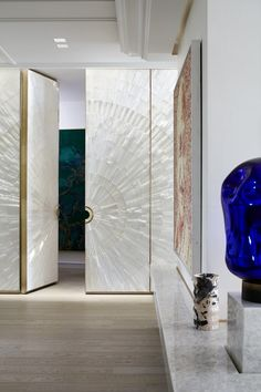 """Stéphanie Coutas conhecida por projetar elegantes interiores neoclássicos e contemporâneos foi criada na Ásia e passou a maior parte de sua infância em locais sofisticados.Começou sua vida profissional na moda mas pouco tempo depois abriu sua agência de design de interiores, """"1001 Maisons"""", em Paris, onde trabalha com uma equipe de arquitetos, decoradores e designers.… Leia mais Stéphanie Coutas"""