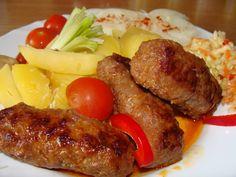 Mleté maso smícháme s najemno nakrájenou cibulí, mletou paprikou, solí, pepřem a uděláme válečky - velikost je na nás.  Válečky dáme na... Food 52, Junk Food, Japanese Food, Meatloaf, Sausage, Health, Hamburgers, Nova, Treats