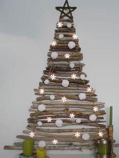 Un arbre de noël qui ne prend pas de place ! Bois flottant + ficelle + guirlande lumineuse !
