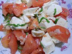 sałatka z mozzarellą, pomidorem,czosnkiem i bazylią