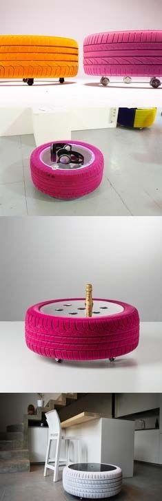 Puf de pneus coloridos com rodinhas.
