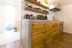 「カウンターの下の引き出しは、地元の家具屋さんに作っていただいたものです。ナラ材を古材風に仕上げてもらいました」