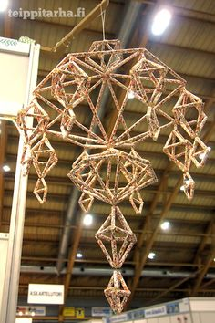 Straw Art, Straw Crafts, Diy And Crafts, Arts And Crafts, Newspaper Crafts, Handmade Ornaments, Diy Art, Washi, Chandelier