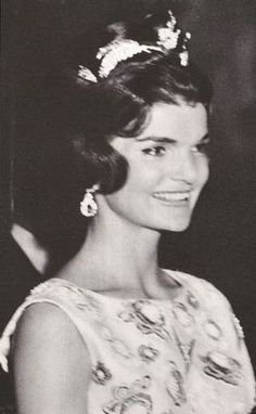 Nadire Atas on Jacqueline Bouvier Kennedy Onassis Jackie O Camelot Jacqueline Kennedy Onassis, Jackie Kennedy Style, Les Kennedy, Jaqueline Kennedy, John Kennedy, Die Kennedys, Portraits, Amazing Women, Style Icons