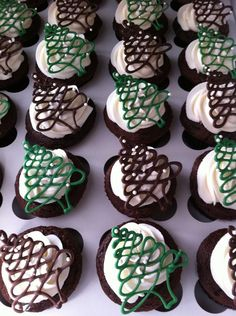 piped chocolate Christmas trees cupcakes H Christmas Cupcakes Decoration, Christmas Tree Cupcakes, Dessert Decoration, Christmas Sweets, Christmas Cooking, Christmas Goodies, Holiday Baking, Christmas Desserts, Holiday Treats