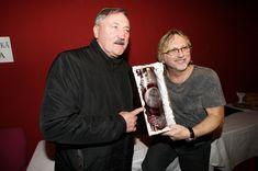Dalibor Janda s dárkem od bývalého fotbalisty Antonína Panenky Fictional Characters, Fantasy Characters