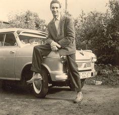 Der Helmut aus Berlin und der kleine LLoyd mit Sonnenschild.  Der Lloyd 300 – der sog. Leukoplastbomber – war ein minimalistischer Kleinstwagen mit Hartholz-Rahmen mit Sperrholzbeplankung und Kunstlederüberzug. Ein winziger Zweizylinder-Zweitakter. Der Nachfolger Lloyd 400 blieb dem Karosserieprinzip treu. Erst 1954 gab es dann Bauteile aus Blech. Der gezeigte Wagen ist wohl ein 400 oder 600. Die seitlichen Schiebefenster verraten, dass es noch kein Alexander ist…  Flohmarktfund