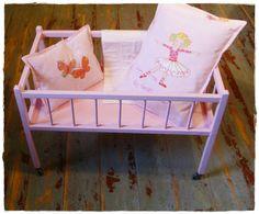 Altes Puppenbett in rosa von UrliTrend auf DaWanda.com