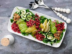 Granaattiomena-päärynäsalaatti Chili, Vegan Recepies, Salad Recipes, Healthy Recipes, Healthy Food, Food Porn, Pear Salad, Good Food, Yummy Food