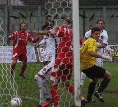 Il goal di Paolo Ruffini (Ancona) direttamente da calcio di punizione. Il portiere Barbetta è superato e la palla si insacca. E' il momentaneo 1 a 1. La partite finirà 2 a 2. #samb vs #ancona