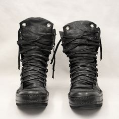 There is 1 tip to buy shoes, black leather boots, combat boots. Mode Shoes, Men's Shoes, Shoe Boots, Mode Alternative, Alternative Fashion, Mode Rock, Fashion Shoes, Mens Fashion, Dark Fashion For Men