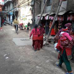 #kathmandu #カトマンドゥ #少女 たち 昔風の #クルタスルワール 最近少なくなったが #旧市街 の子供はよく着ている寒くなって増えてきた感じも