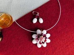 Compoziția florală este confecționată din ovale de jad, lacrimi de agat, perle de cultură și mărgeluțe fațetate de turmalină roz, sârmă modelatoare argintată.