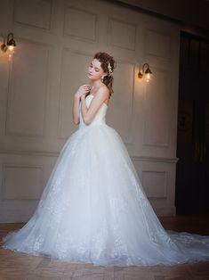 大胆なフラワープリントのウェディングドレス。透明感のあるオーガンジーにホワイトの花柄が個性的|AN0125