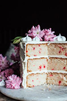 retro cherry chip layer cake with vanilla butter cream Brownie Desserts, Oreo Dessert, Mini Desserts, Frosting Recipes, Cake Recipes, Dessert Recipes, Dessert Ideas, Food Cakes, Cupcake Cakes