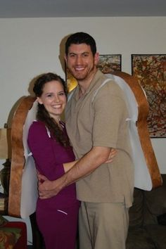 Peanut Butter and Jelly Sandwich. For the couple thats inseparable (and delicious).  Needed: brown and maroon scrubs, rope/elastic, cardboard, paint. #halloween #couplescostumes