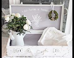 Zum schönsten Stauraum-Objekt in deinem Heim bewirbt sich dieser Koffertraum mit sommerlich französischen Flair. Ein Lieblingsstück für deine Lieblingssachen und ob leer oder befüllt immer ein...