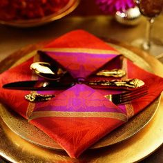 Napkin Folding Designs: Make This divine Pendant. Victoria: The New Napkin Folding © 2006 Hearst Books Napkin Origami, Napkin Folding, Christmas Tree Napkin Fold, Christmas World, Christmas Diy, Christmas Decorations, Beautiful Table Settings, Dinner Napkins, Cloth Napkins