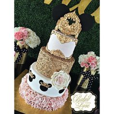 How sweet is this royal Minnie Mouse cake by ! It would go so nicely with our Minnie Mouse party decor! Minnie Mouse Party Decorations, Minnie Mouse Theme Party, Minnie Mouse 1st Birthday, Minnie Mouse Pink, Mickey Party, Mouse Parties, Bolo Fake Minie, Bolo Minnie, Minnie Mouse Cake