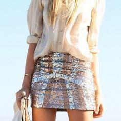 Como usar saia em paetê prata com camisa de seda