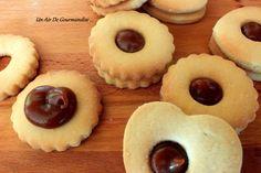 Les sablésce sont ces petits biscuits simplesettellement bons.. Mais alors si l'on rajoute entre deux biscuits un petit peu de caramel au beurre salé autant vous dire que c'est juste une «tuerie» ! J'avais déjà remarqué cette recette dans l'émission «le meilleur pâtissier» sur M6 il y a 2 ans avec Sabrina et j'ai retrouvé sa recette sur son blog mes douceurs. Je m'en suis donc inspiré, il fallait à tous pris que je test ces petits sablés ! J'ai gardé ma recette de la pâte sablée et…