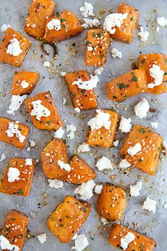 Zucca arrosto con feta, sesamo e miele: un modo alternativo per cucinare l'ingrediente più colorato dell'autunno