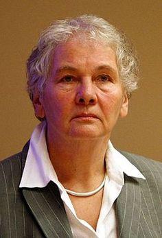 Christiane Nüsslein-Volhard estudió inicialmente Biología en Fráncfort, luego cambió a Física y posteriormente a Bioquímica. Desde 1985 dirige la división de genética del Instituto Max Planck de Biología del desarrollo en Tubinga, Alemania. Recibió, junto Edward B. Lewis y Eric Wieschaus, el Premio Nobel de Fisiología o Medicina en el año 1995.