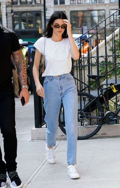 Kendall kept things simple in New York for a Tiffany & Co. photo shoot, opting for high-waisted mom jeans from Levi's, a white Re/Done tee, her Louis Basic Outfits, Cute Casual Outfits, Simple Outfits, Summer Outfits, Basic Ootd, Mom Jeans Outfit Summer, Winter Outfits, Mom Outfits, Looks Street Style