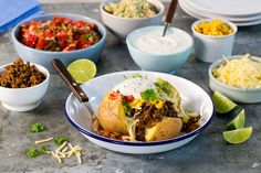 Bakt potet kan være et helt måltid i seg selv. Hva med å servere bakt potet fylt med klassisk taco-tilbehør ved neste anledning? Her er poteten fylt med taco-kjøtt, mais, salsa, ost og rømme. Guacamole, Baked Potato, Tapas, Potatoes, Mexican, Beef, Snacks, Baking, Ethnic Recipes