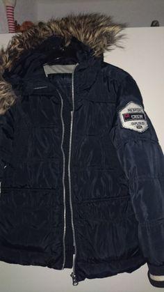 Verkaufe eine sehr gut erhaltene Winterjacke von Nordic-Explorer in der Größe 116 mit Kapuze mit Fellbesatz den man abknöpfen kann. Die Jacke ist in einem Top-Zustand ohne Löcher / Risse oder ähnlichem. Es handelt sich bei uns um einen Nichtraucherhaushalt.