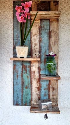Pallet Shelves Projects DIY Rustic Furniture Projects - Great use for old painted planks. Pallet Crafts, Pallet Projects, Wood Crafts, Diy Projects, Diy Pallet, Pallet Art, Design Projects, Mini Pallet Ideas, Pallet Porch