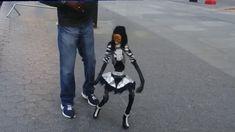 Uliczna tancerka - marionetka w rękach fachowca