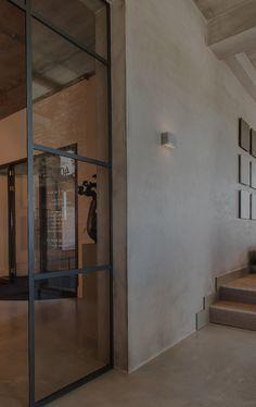 Een stalen room divider om de ruimte te verdelen en toch transparant te houden! Door Stalen-Kozijn.com